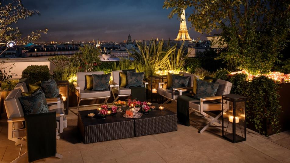 Top paris luxury hotels with eiffel tower views travelsort for Terrace eiffel tower view room shangri la