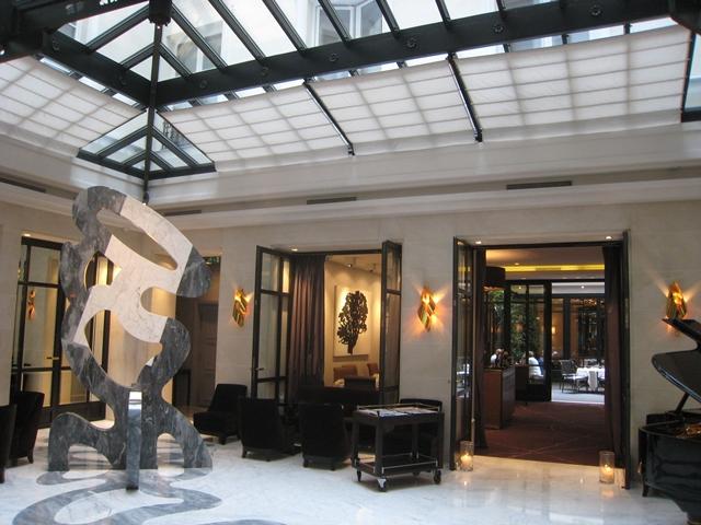 Paris luxury boutique hotel review le burgundy travelsort for Hotel francs tokyo