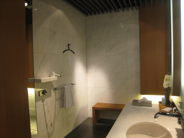 Review-Lufthansa First Class Lounge Munich - Shower Room