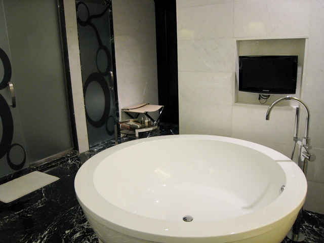 Lotte Hotel Moscow Review - Atrium Room Round Soaking Tub