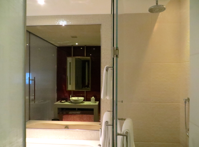 Yas Viceroy Abu Dhabi Hotel Review - Deluxe Room Bathroom