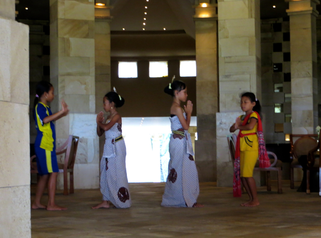 Amanjiwo Review - Local Girls Practicing Javanese Dances in Lobby