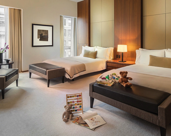 Featured_best_nyc_luxury_hotel_rooms_for_families-langham_new_york_5th_avenue_family_place_room_with_2_queen_beds