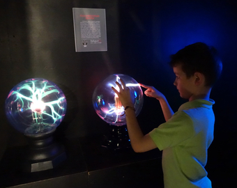 Featured_review-labyrithum-labirintum-st_petersburg_russia_interactive_science_museum-plasma_ball