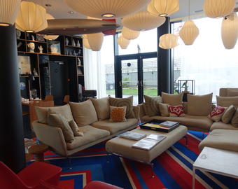 Featured_review-citizenm_paris_cdg_hotel-lobby_lounge_seating