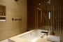 Square_review-cathay_pacific_the_wing_first_class_cabana_bathtub_and_shower-hkg
