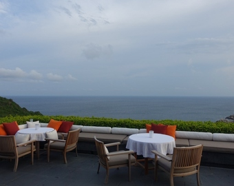 Featured_amanoi_dining_review-outdoor_tables_with_sea_view