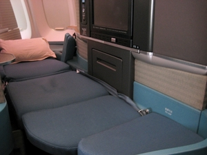 Medium_cathay_business_class-747-400-hkg-bali-business_flat_bed_seat
