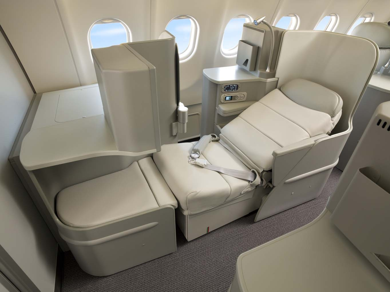 Best Business Class Seats for Couples - Alitalia Magnifica Business Class