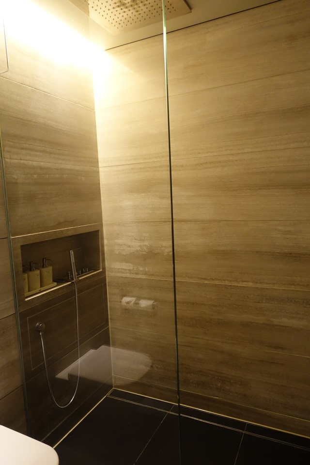 Shower Room, Cathay Pacific The Wing Business Class Lounge
