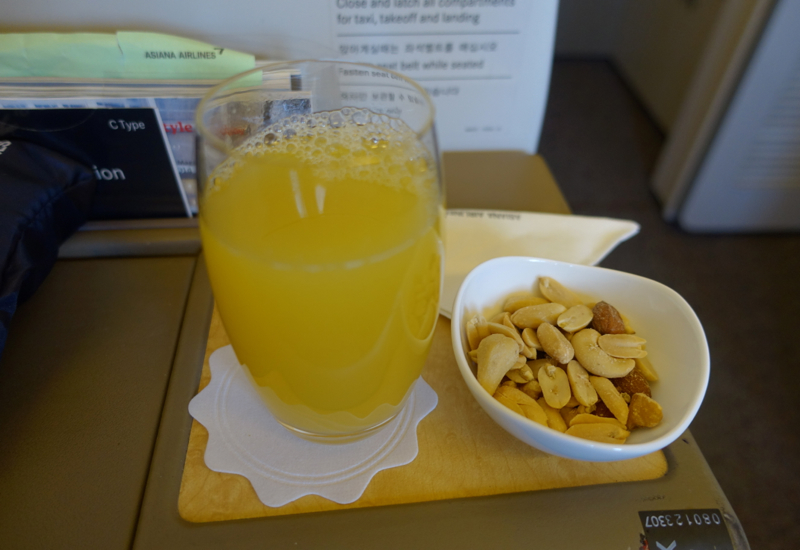 Review-Asiana First Class-Pre-Flight Drink and Mixed Nuts