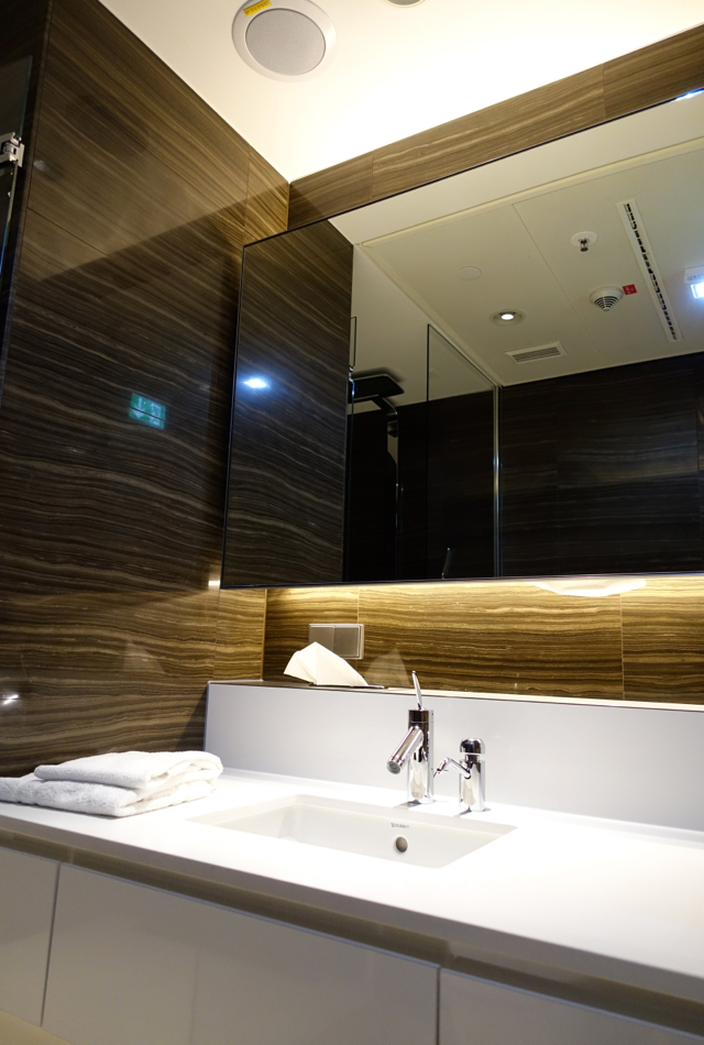 Review-Air Canada Maple Leaf Lounge Frankfurt - Shower Room