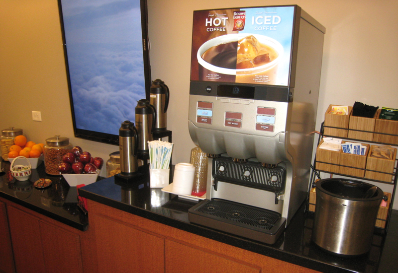 Review-Wingtips Lounge JFK Airport-Fruit and Hot and Iced Coffee Machine