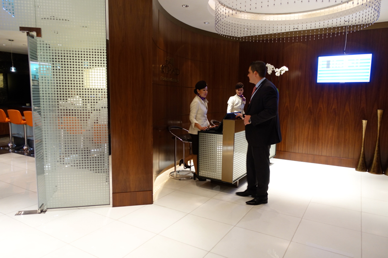Review-Etihad Business Class Lounge Abu Dhabi Terminal 1 Reception