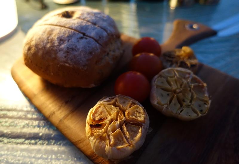 Bread and Roasted Garlic, Vilu Restaurant, Conrad Maldives