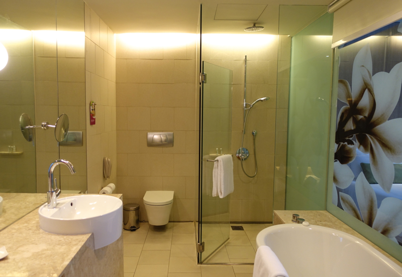 Club Room Bathroom, Crowne Plaza Singapore Changi Airport Hotel Review