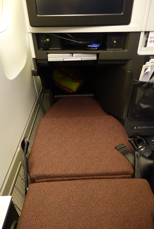 Review-JAL Business Class 767-300ER Bed