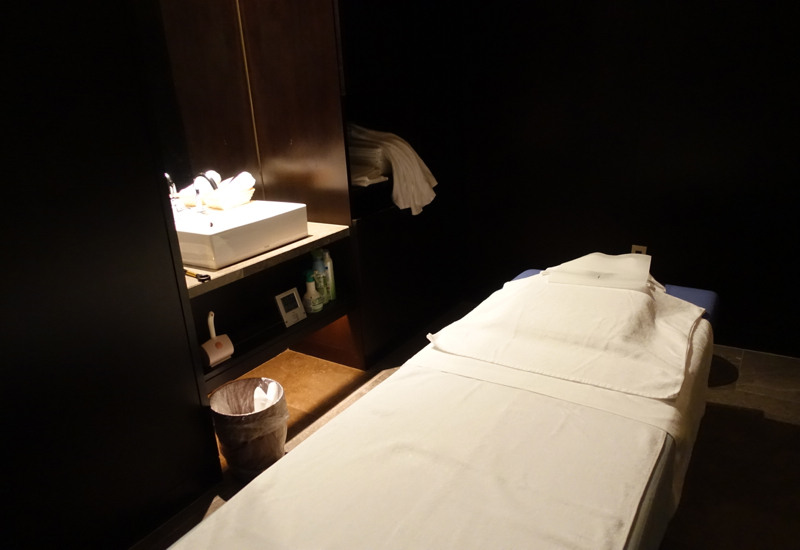 JAL First Class Lounge: Massage Room