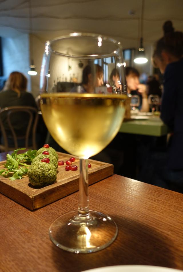 Tsinandali Georgian White Wine, Cafe Khachapuri Moscow Review