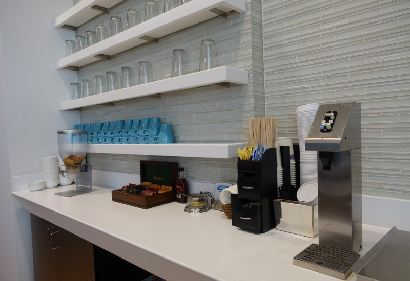 Tea, Mugs and Glasses, Airspace Lounge at JFK Terminal 5 Review
