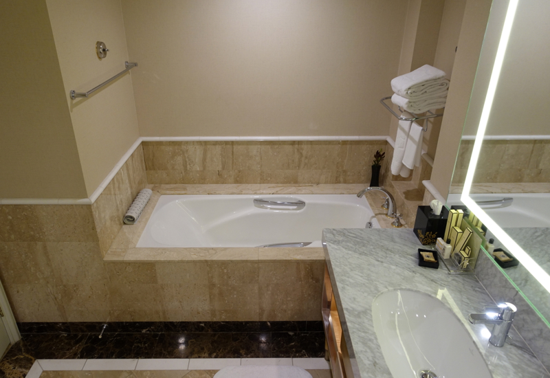 Bathtub, Horizon Club Room, Shangri-La Sydney Review