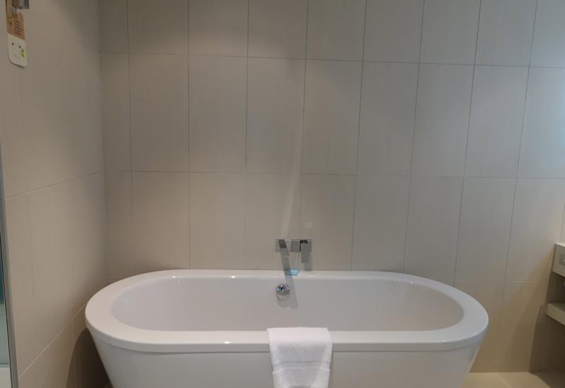 Novotel Auckland Airport Suite Review-Bathtub