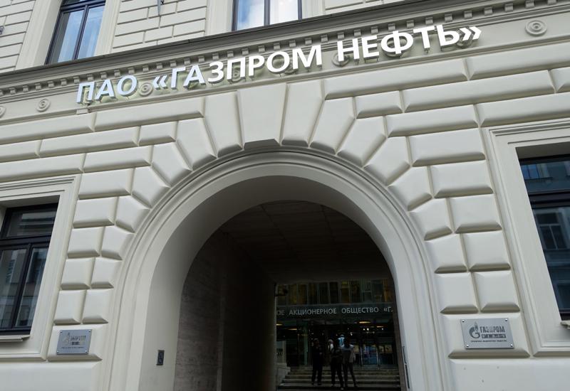 Mansarda: Enter Through Gazprom Arch at Pochtamtskaya Ul. 3