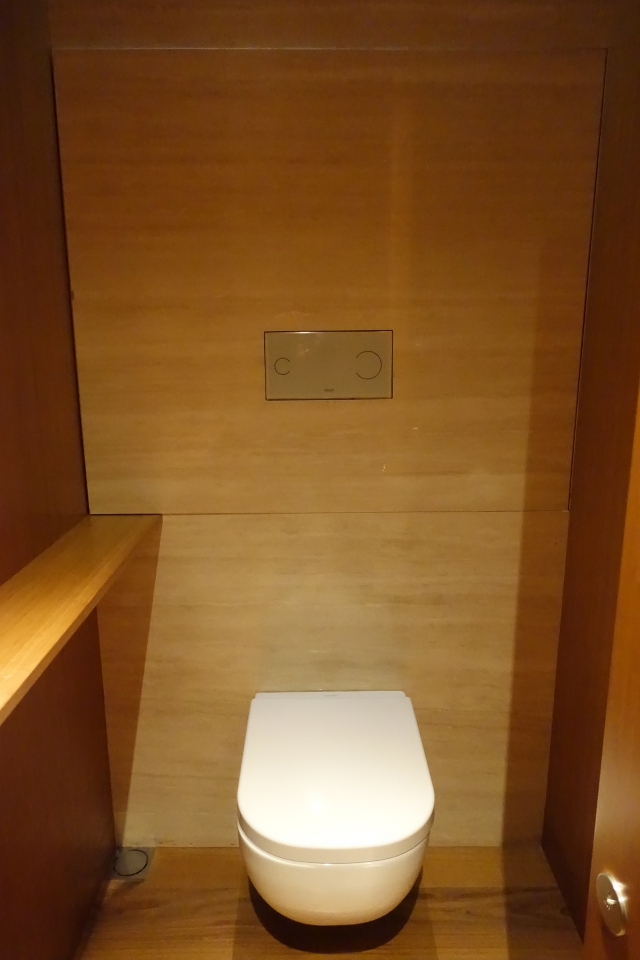 Cabana Toilet, Cathay The Wing First Class Lounge Review HKG