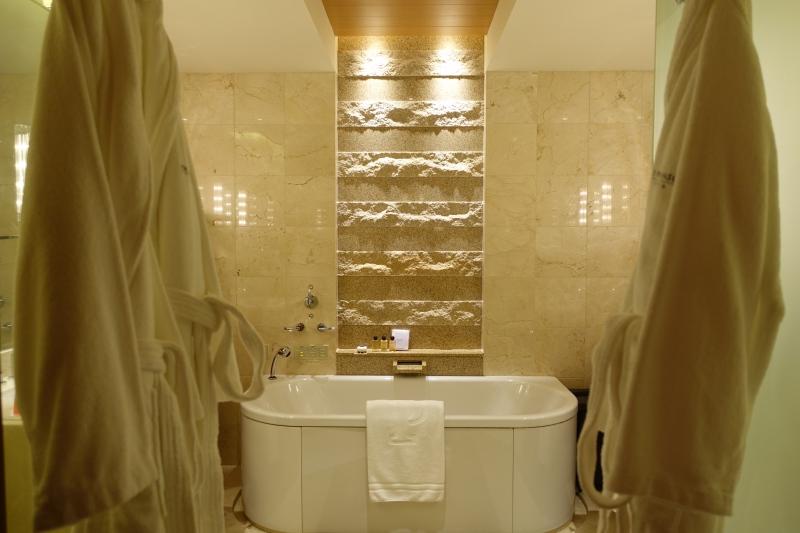 Premier Bathroom, The Peninsula Tokyo Hotel Review 2017