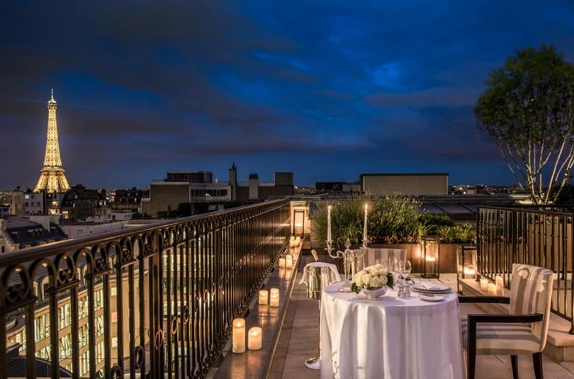 Top paris luxury hotels with eiffel tower views for Hotels around eiffel tower