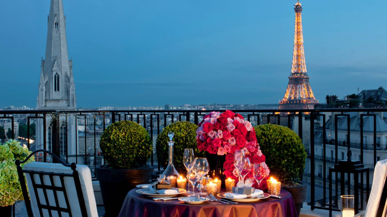 Top paris luxury hotels with eiffel tower views for Top hotel france