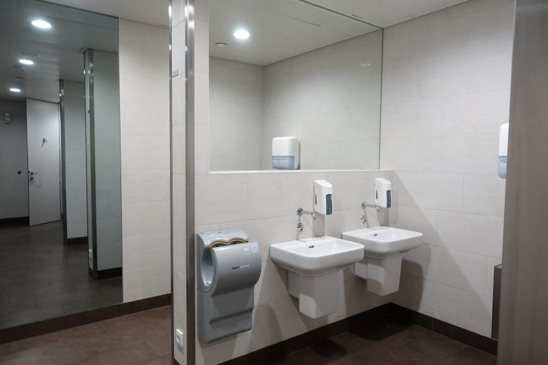 Jet Lounge Vienna Airport Bathroom