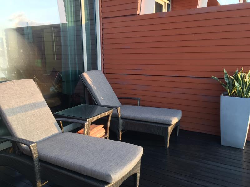 Lounge Chairs, Premier Bay View Room Veranda, The Fullerton Bay Singapore Review