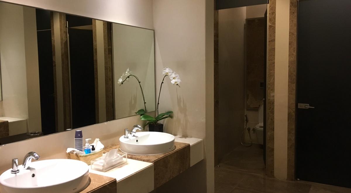 Women's Bathroom, Singapore SilverKris Business Class Lounge Review