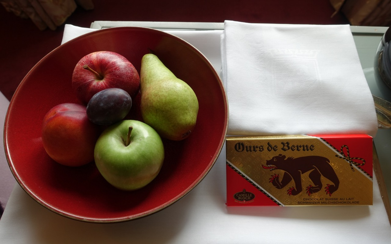 Bellevue Palace Welcome Amenities: Fruit and Chocolate