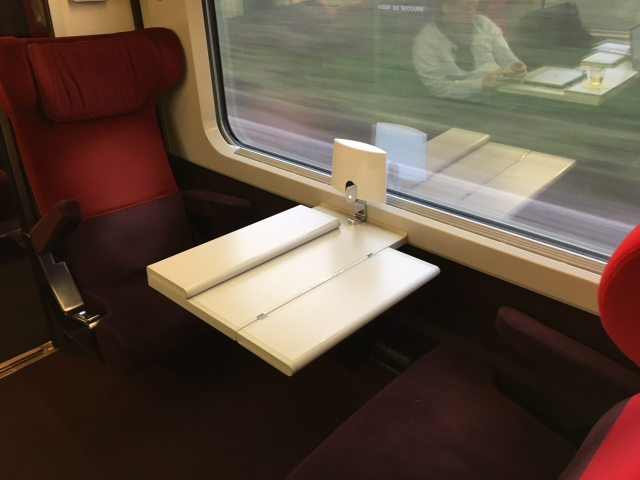 Thalys Club Duo Seats Across a Table From Each Other