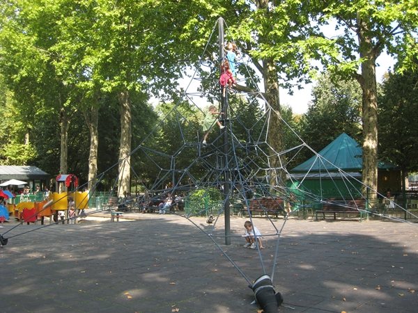 Rope climbing structure, Poussin Vert, Jardin du Luxembourg