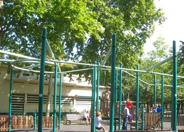 Paris with kids jardin du luxembourg for Jardin du pic vert