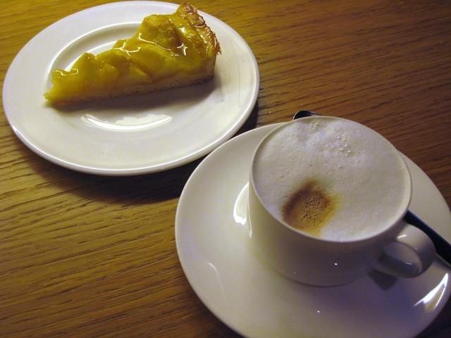 Review-Lufthansa First Class Lounge Munich - Cappuccino and Apple Tart