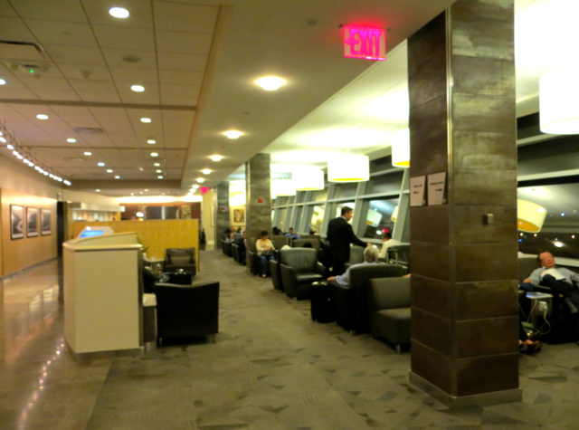 Review - American Admirals Club JFK - Crowded Seating