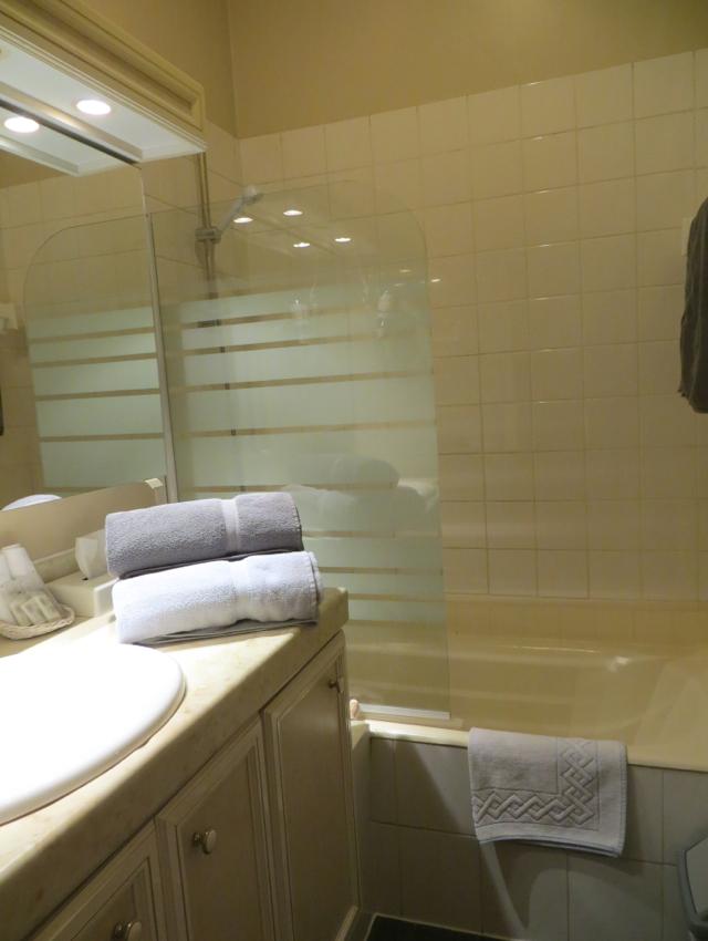 La Grande Eperviere Barcelonnette Hotel Review-Bathroom