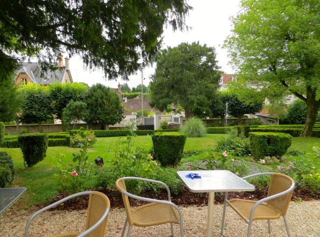 Maison Stella Cadente Review-Provins, France-Garden