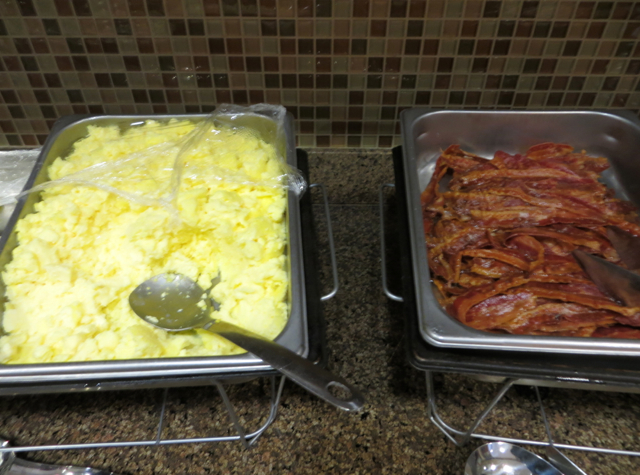 Hyatt House Denver Airport Hotel Review - Free Breakfast - Scrambled Eggs and Bacon