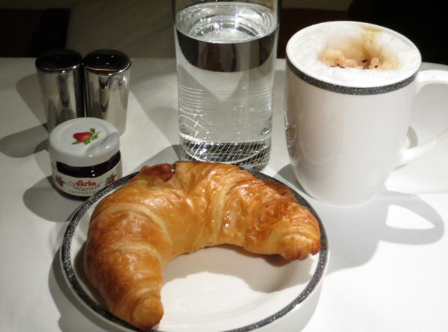 Singapore Suites A380 Review Frankfurt to Singapore - Breakfast pastries and jam