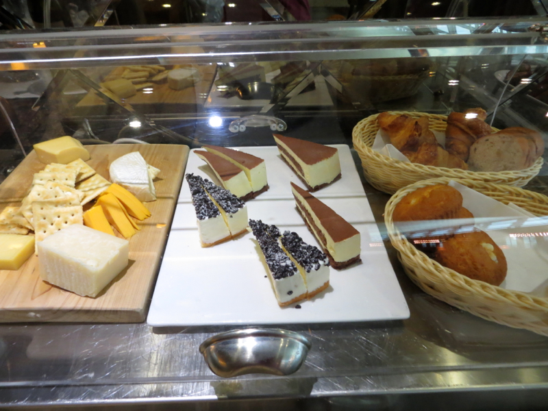 Asiana First Class Lounge Seoul ICN Review - Cheese, Bread, Dessert